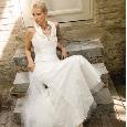 Witte trouwjurk met kraag en wijde rok